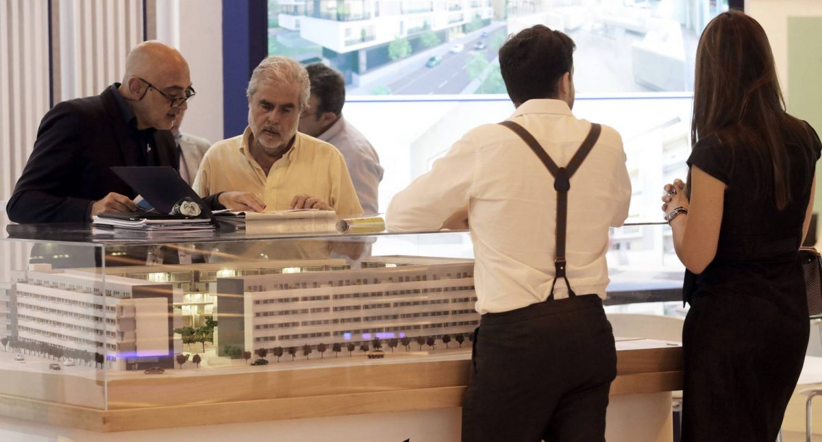 Uno de los expositores del Salón Inmobiliario Internacional de Madrid (SIMA), este jueves. ULY MARTÍN